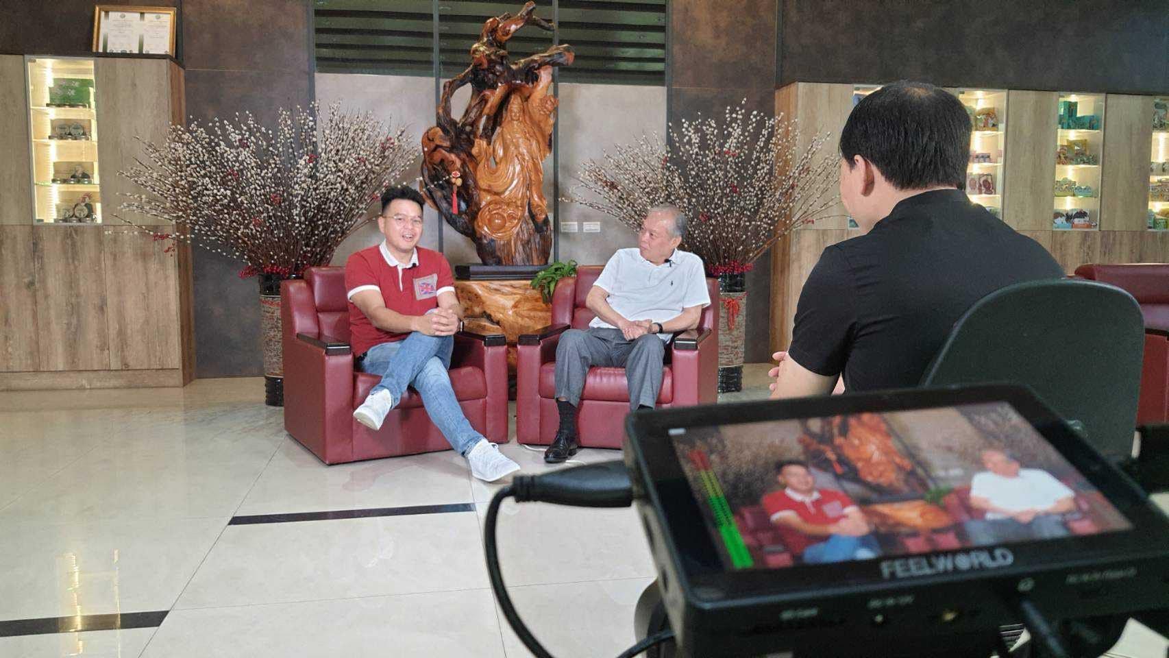 游祈盛於「統一製菓飛壘口香糖、雪天果」企業專訪擔任導演側拍記錄
