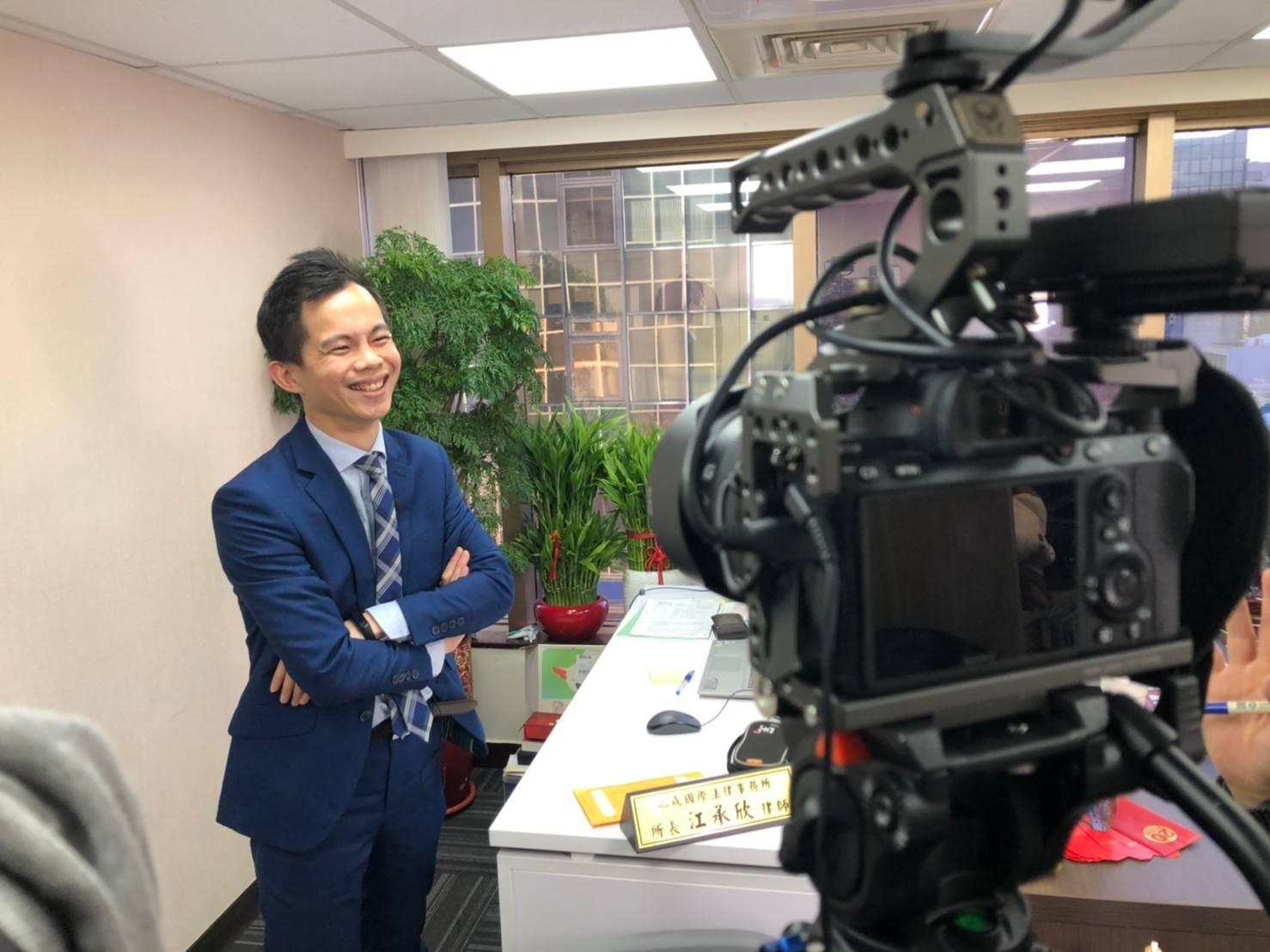星澤國際-讓世界都看見-電視專訪節目-心成律師-游祈盛與楊含容監督製作