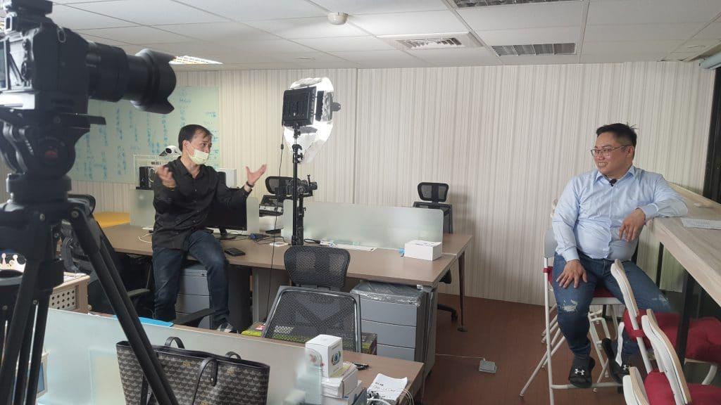 星澤國際-台灣好品牌 電視節目-專訪「ARK Lab 佳承智慧」精彩側拍花絮-游祈盛與楊含容監督製作