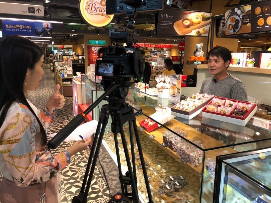 星澤國際-台灣好品牌 電視節目-專訪「La Liberte自由甜點」精彩側拍花絮-游祈盛與楊含容監督製作